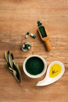 Pillole vista dall'alto e cure mediche sul tavolo