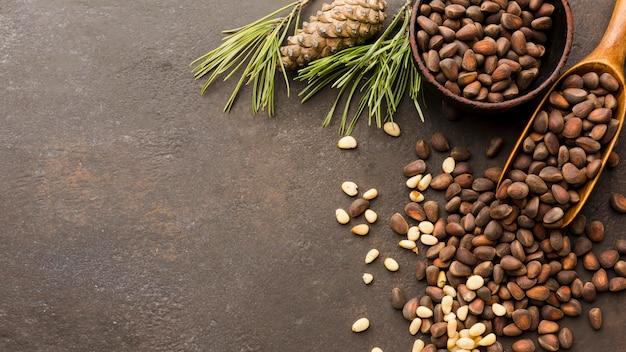 나무로되는 숟가락으로 상위 뷰 소나무 씨앗