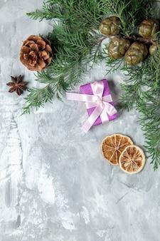 上面図松の木の枝灰色の表面に小さな贈り物乾燥レモンスライス