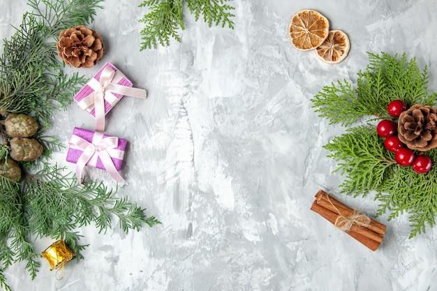 Вид сверху сосновые ветки рождественские елочные игрушки ветки сосны на сером фоне