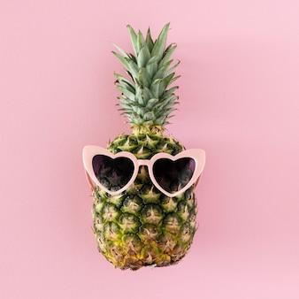 Ananas vista dall'alto con occhiali da sole a forma di cuore