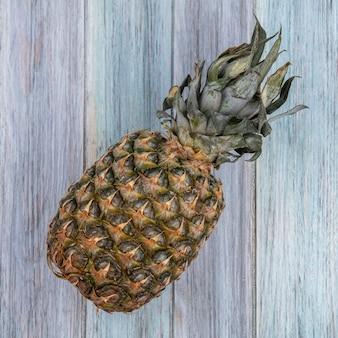 Vista dall'alto di ananas su superficie di legno
