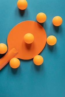 Vista dall'alto della pagaia da ping pong con nuove palline