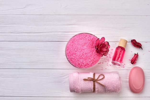 흰색 나무 책상에 스파를 위한 상위 뷰 핑크 액세서리.