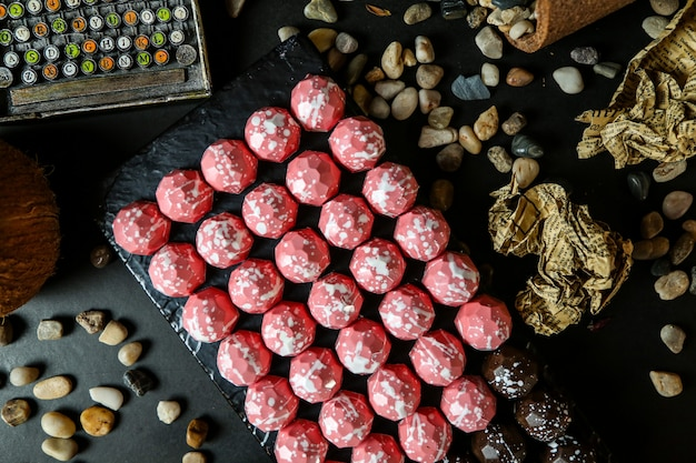 石とスタンドにピンクのチョコレートのトップビュー