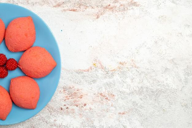 밝은 흰색 배경 케이크 비스킷 달콤한 파이 설탕 쿠키에 접시 안에 상위 뷰 핑크 gingerbreads