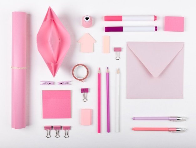 Вид сверху на расположение розовых предметов