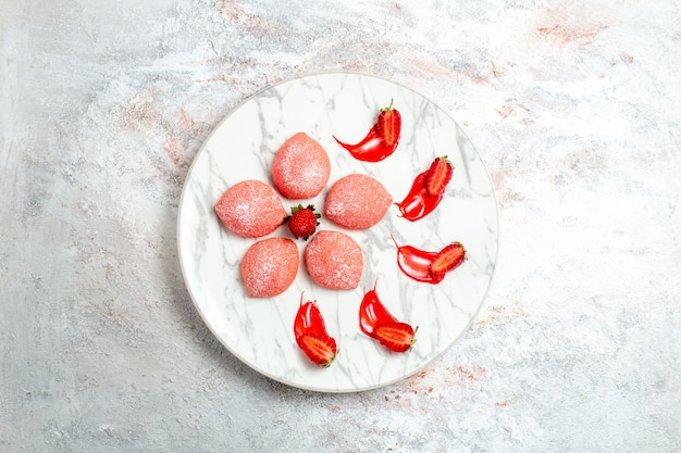 上面図ピンクのストロベリーケーキ白い背景の小さなお菓子ケーキクッキーティーフルーツビスケット甘い砂糖