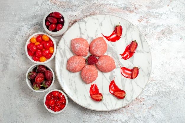 흰색 배경 케이크 설탕 쿠키 차 비스킷 달콤한에 과일과 상위 뷰 핑크 딸기 케이크