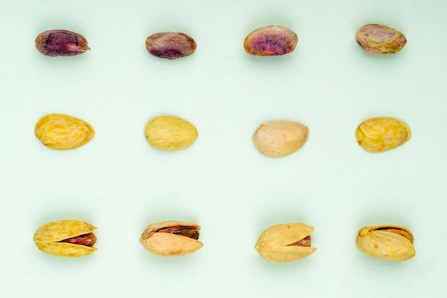 Vista dall'alto di pistacchi isolato su uno sfondo bianco