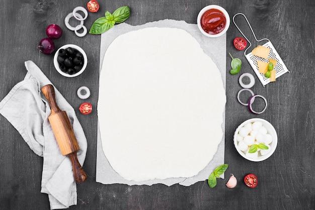 Вид сверху тесто для пиццы на салфетке