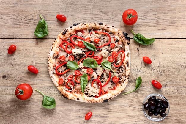 木製の背景の上から見るピザ