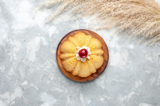Torta semplice vista dall'alto sul dolce tè zucchero biscotto scrivania luce