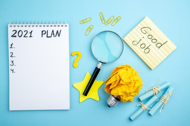 파란색 배경에 메모장 스크롤 스티커 메모 lupa에 작성된 상위 뷰 계획