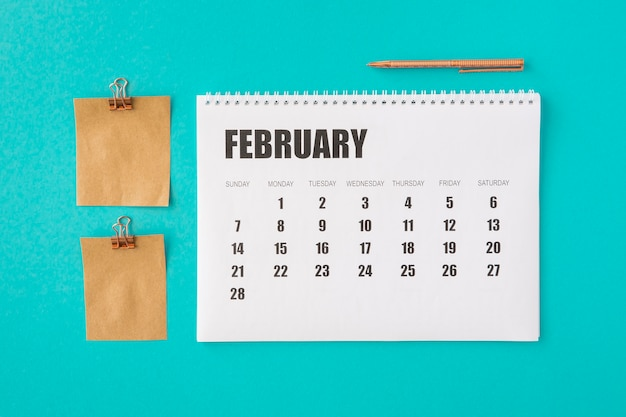 Календарь-планировщик с видом сверху и бумажные заметки на память