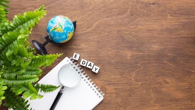상위 뷰 식물 및 노트북 프레임