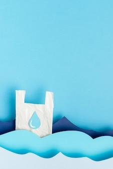 Vista superiore del sacchetto di plastica nelle onde dell'oceano di carta con lo spazio della copia