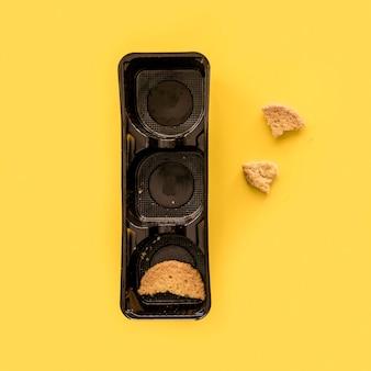 Scatola di plastica vista dall'alto con biscotti avanzati