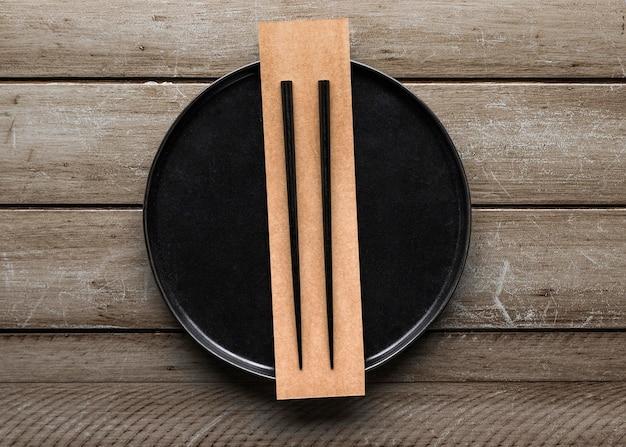 Vista dall'alto del piatto con le bacchette