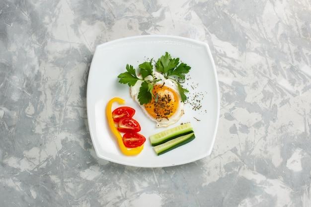 Piatto di vista superiore con verdure e verdure dell'alimento sulla foto di colore del pranzo del pasto dell'alimento della verdura della scrivania bianca chiara