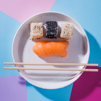 Вид сверху тарелка с суши роллами