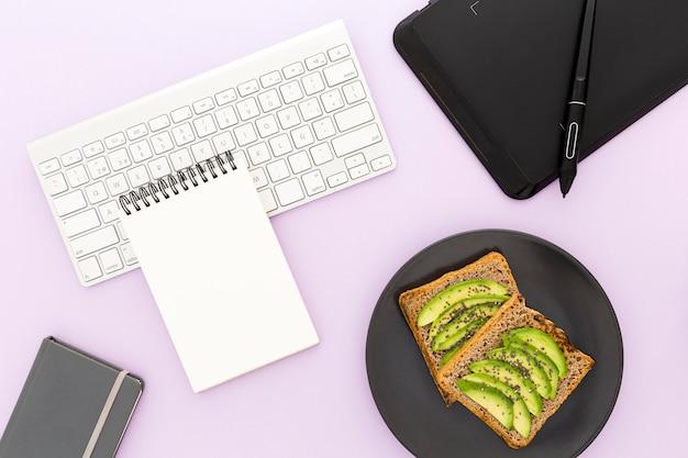 Piastra vista dall'alto con toast e avocado per colazione