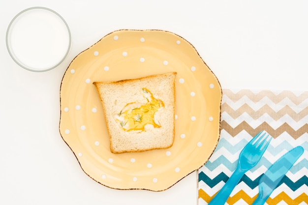 Вид сверху тарелка с тостом для ребенка