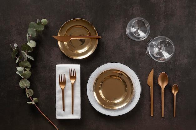 윗면 접시, 수저 및 유리 잔