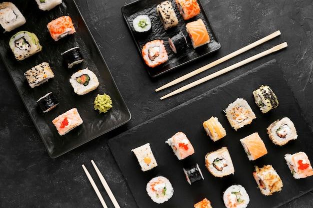 Вид сверху тарелок со свежими суши роллами
