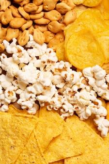 Вид сверху попкорн и чипсы