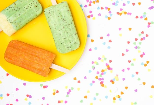 Вид сверху фруктовое мороженое на тарелке