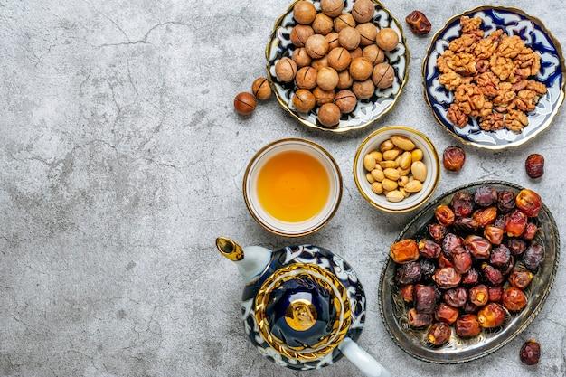 コンクリートの背景にラマダン期間中の人気のある食べ物の上面図