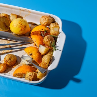 상위 뷰 감자와 레몬 남은 음식
