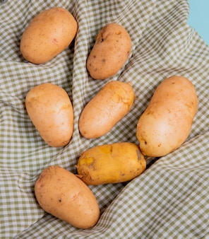 Vista dall'alto di patate su sfondo di panno plaid