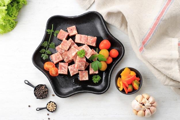 상위 뷰 야키니쿠 그릴에 얇게 썬 프리미엄 일본 와규 깍둑썰기한 쇠고기 큐브(saikoro 일본 쇠고기).