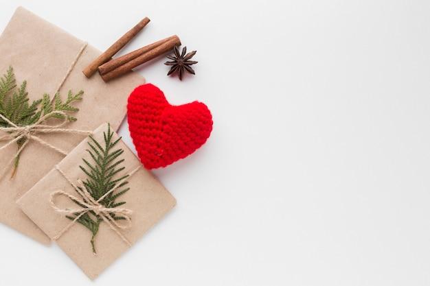 Vista dall'alto di regali con bastoncini di cannella e cuore
