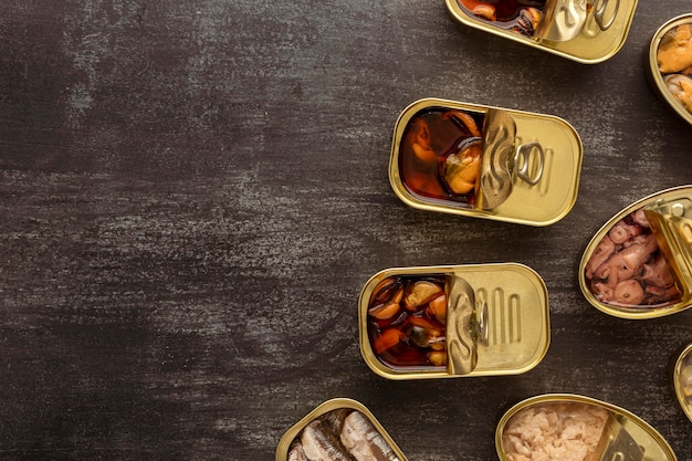 Lattine per alimenti conservati con vista dall'alto con copia-spazio