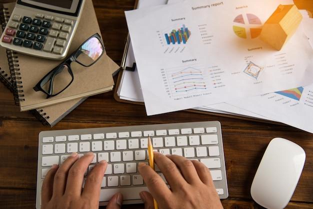 Вид сверху процесс крупным планом бизнес, работающий с ноутбуком в офисе открытой площади.