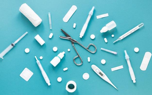 Вид сверху профессиональных медицинских инструментов на столе