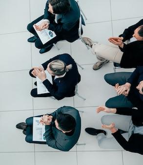 평면도. 작업 그룹과의 회의에서 질문하는 프로젝트 관리자. 비즈니스 개념.