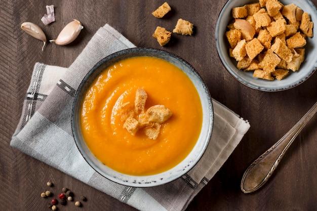 Вид сверху тыквенный крем-суп с гренками