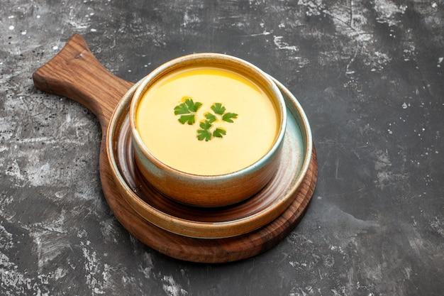 Vista dall'alto della zuppa di zucca all'interno del piatto su uno sfondo scuro
