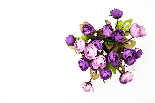 分離された白のトップビュー紫花束バラの花