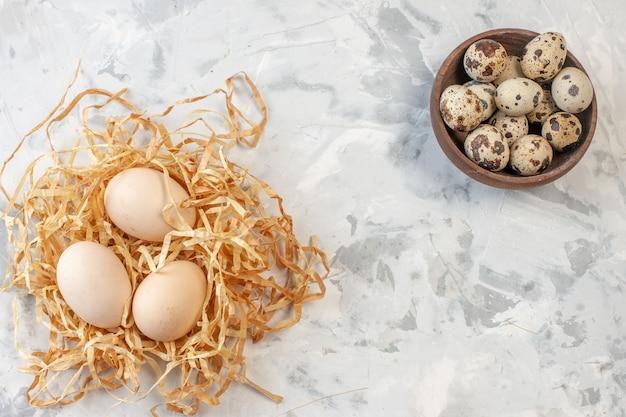 복사 장소가 있는 탁자 위의 메추라기 알과 닭고기 달걀