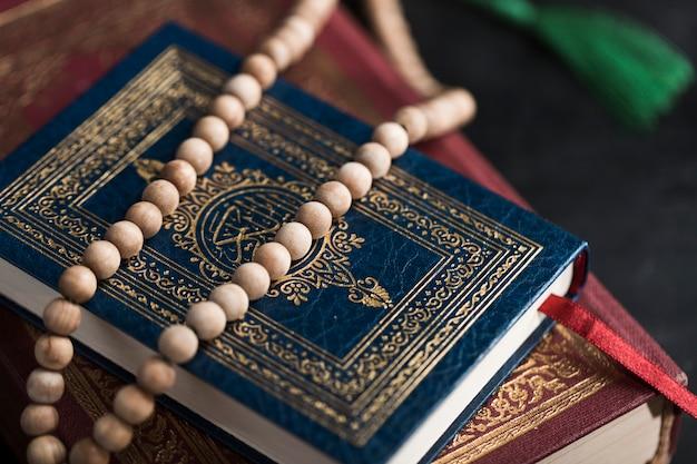 Vista dall'alto libri del corano sul tavolo