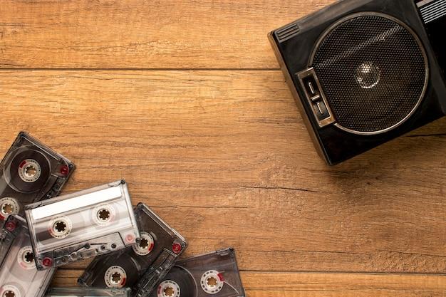 Радиокассета и кассеты, вид сверху, копируют пространство