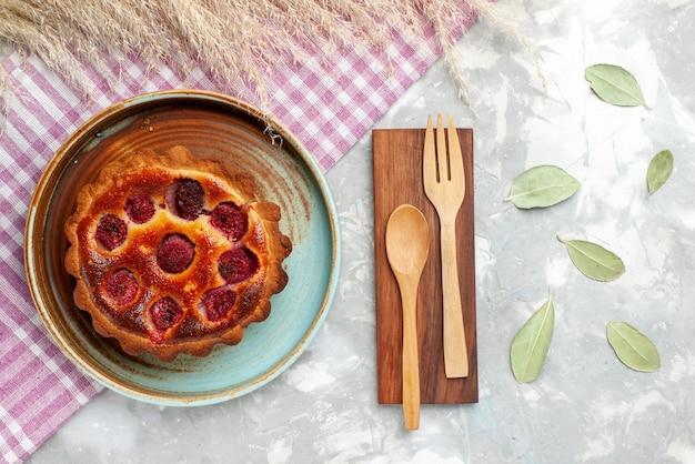 Torta di lamponi vista dall'alto con frutta all'interno sul biscotto torta di frutti di bosco luce scrivania