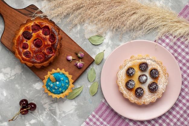 Torta di lamponi vista dall'alto con piccola torta sulla torta di frutta ciliegia torta tavolo leggero dolce