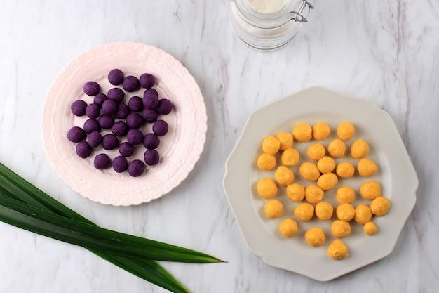Вид сверху сырой биджи салак уби унгу и кабоча, биджи салак из желтого и фиолетового сладкого картофеля перед варкой