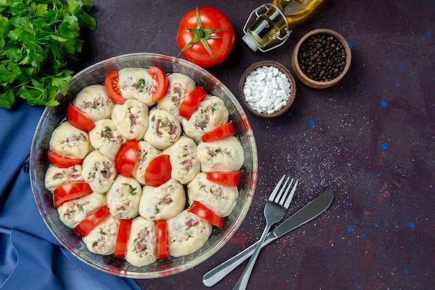 어두운 식사 부엌 요리 사진 컬러 음식 샐러드에 갈은 고기와 토마토를 곁들인 원시 반죽 조각